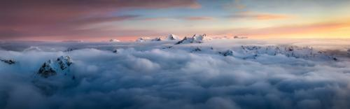 Sommets au-dessus de la mer de nuages